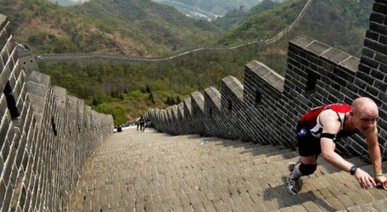 Un marathonien en haut de la Grande muraille