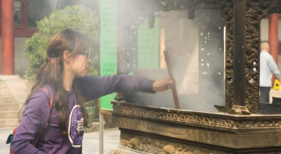 une femme superstitieuse en Chine