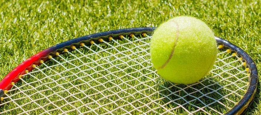 Un balle sur une raquette de tennis